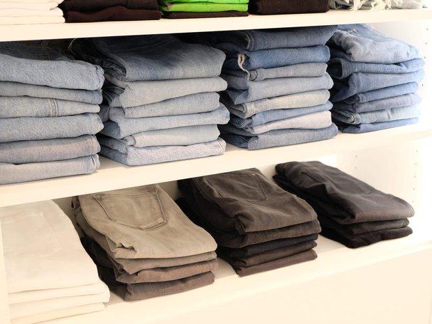 Tín đồ mê shopping phải học ngay 7 cách xếp quần áo để có tủ đồ xịn đẹp sang - Ảnh 3.