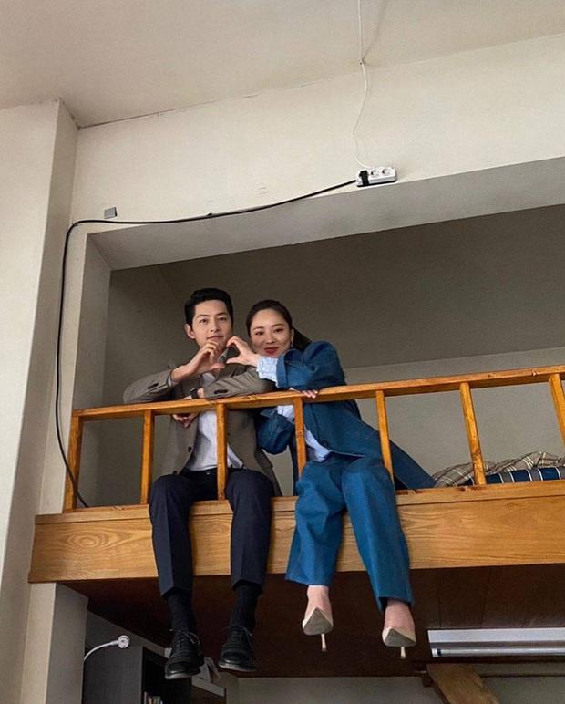 Bất chấp bê bối xây dựng trái phép và đang cách ly, Song Joong Ki vẫn ủng hộ tình tin đồn Jeon Yeo Bin, liệu có ẩn tình gì đây? - Ảnh 11.