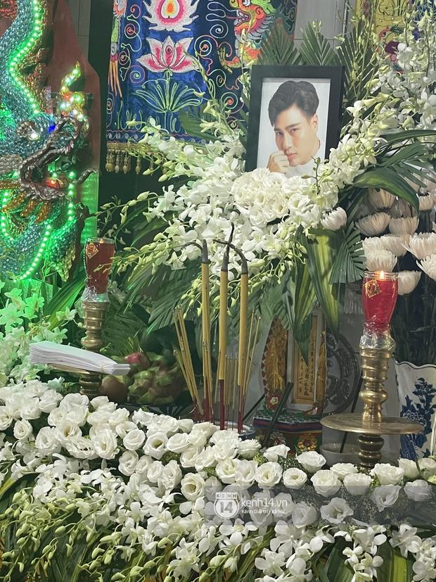 Tang lễ cố diễn viên Đức Long: Diễn ra trong vắng lặng, bố mẹ ngồi thất thần, Cao Thái Hà xúc động chia sẻ về người bạn quá cố - Ảnh 16.