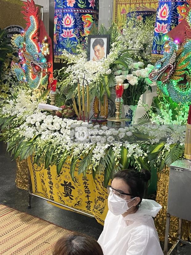 Tang lễ cố diễn viên Đức Long: Diễn ra trong vắng lặng, bố mẹ ngồi thất thần, Cao Thái Hà xúc động chia sẻ về người bạn quá cố - Ảnh 19.