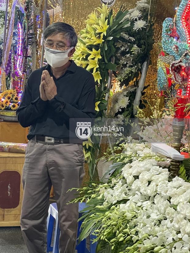 Tang lễ cố diễn viên Đức Long: Diễn ra trong vắng lặng, bố mẹ ngồi thất thần, Cao Thái Hà xúc động chia sẻ về người bạn quá cố - Ảnh 14.