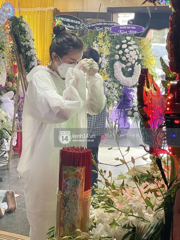 Tang lễ cố diễn viên Đức Long: Diễn ra trong vắng lặng, bố mẹ ngồi thất thần, Cao Thái Hà xúc động chia sẻ về người bạn quá cố - Ảnh 9.