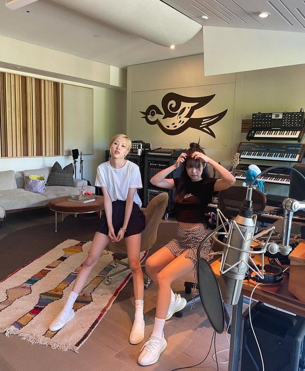 Jennie và Rosé đột kích phòng thu một producer từng kết hợp với Ariana Grande, Taylor Swift, ủ mưu màn collab khủng nào đây? - Ảnh 1.