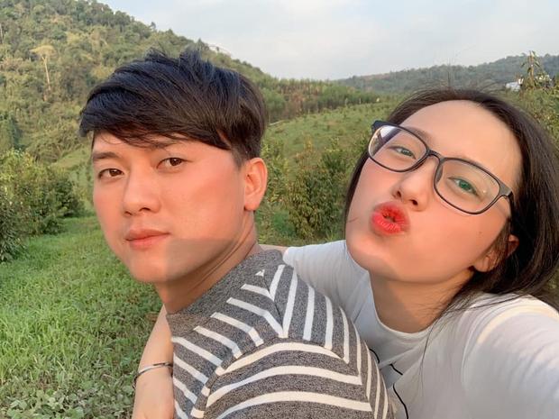 Bà xã kém 16 tuổi Quách Ngọc Tuyên vừa dẫn đi thi THPT: Xinh như hotgirl, vòng 1 căng tràn, gây sốt với chuyện tình chú cháu  - Ảnh 2.