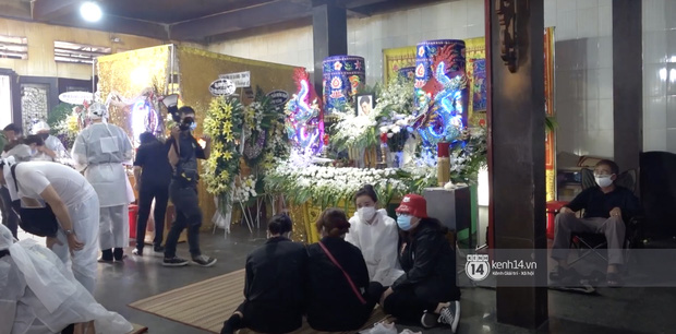 Tang lễ cố diễn viên Đức Long: Diễn ra trong vắng lặng, bố mẹ ngồi thất thần, Cao Thái Hà xúc động chia sẻ về người bạn quá cố - Ảnh 6.