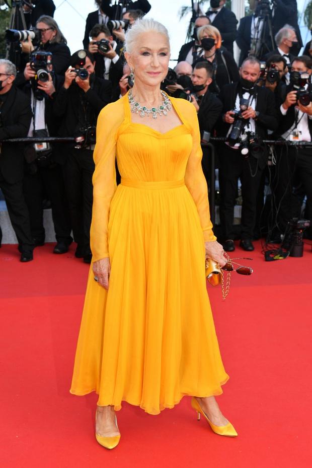 Thảm đỏ Cannes 2021: Xuất xắc nhất là Bella Hadid nhưng spotlight thật sự lại rọi thẳng vào mấy cô thích mặc lõa lồ, kém duyên - Ảnh 9.