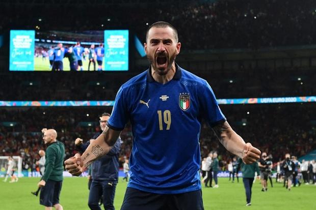 Tuyển thủ Italy đang ăn mừng xúc động cùng CĐV nhà, nhân viên an ninh lại tưởng nhầm là fan quá khích, đòi đuổi lên khán đài - Ảnh 2.