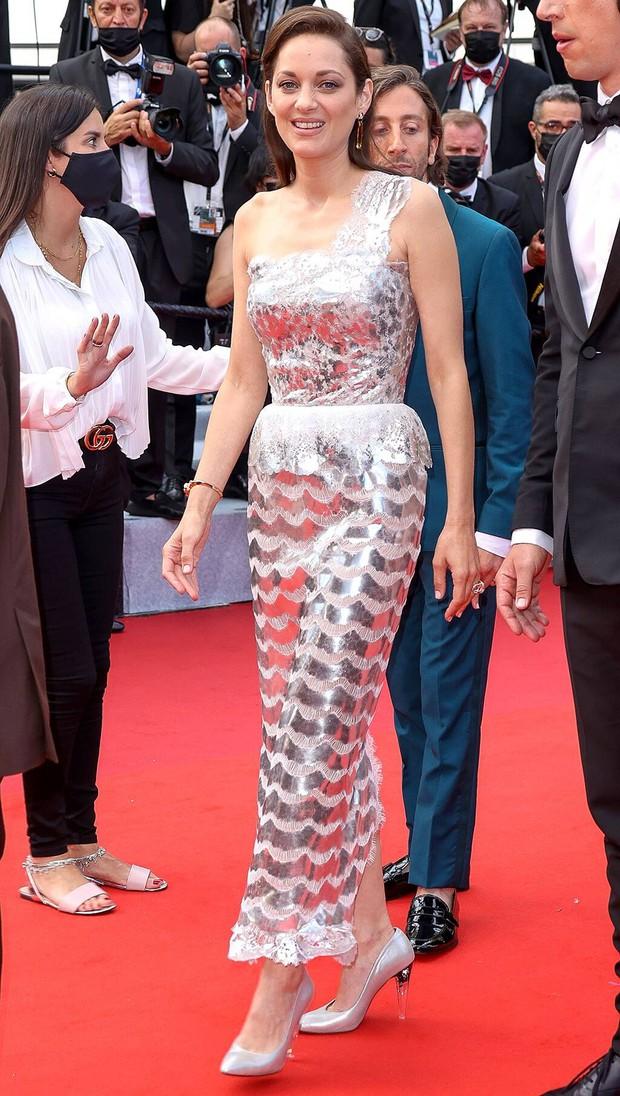 """Thảm đỏ LHP Cannes 2021: Bella Hadid không còn """"nhức mắt"""", bị thiên thần Victorias Secret vòng 1 lép kẹp chặt chém - Ảnh 15."""