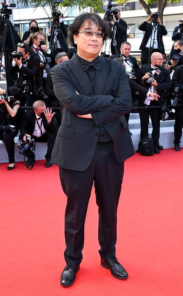 """Thảm đỏ LHP Cannes 2021: Bella Hadid không còn """"nhức mắt"""", bị thiên thần Victorias Secret vòng 1 lép kẹp chặt chém - Ảnh 17."""