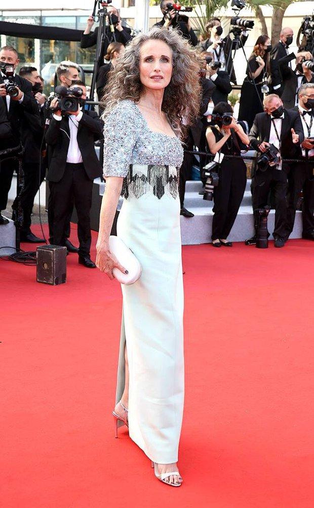 """Thảm đỏ LHP Cannes 2021: Bella Hadid không còn """"nhức mắt"""", bị thiên thần Victorias Secret vòng 1 lép kẹp chặt chém - Ảnh 19."""