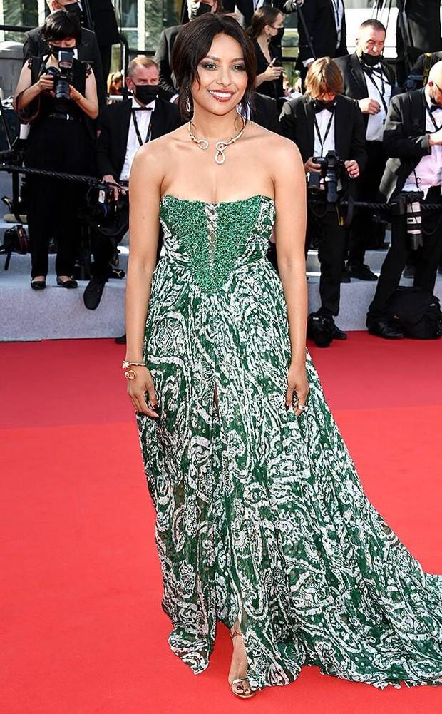 """Thảm đỏ LHP Cannes 2021: Bella Hadid không còn """"nhức mắt"""", bị thiên thần Victorias Secret vòng 1 lép kẹp chặt chém - Ảnh 18."""