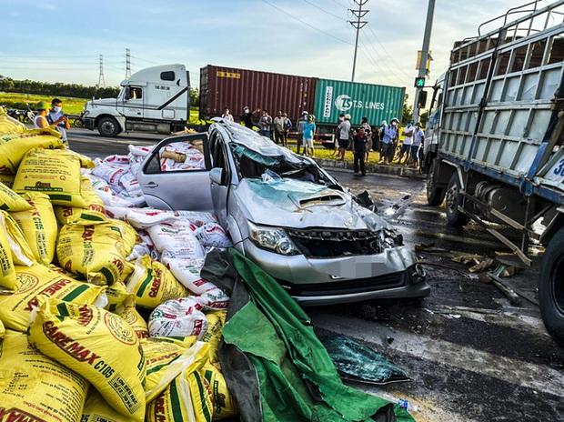 Nam tài xế kể lại giây phút cẩu nóc xe con để giải cứu người bị mắc kẹt - Ảnh 1.