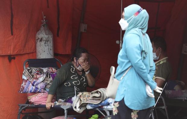Đặt hàng quan tài tăng vọt - thực trạng khốc liệt trong khủng hoảng COVID-19 tại Indonesia - Ảnh 1.