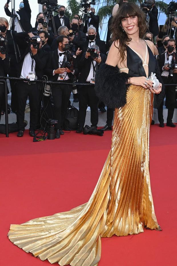 Thảm đỏ Cannes 2021: Xuất xắc nhất là Bella Hadid nhưng spotlight thật sự lại rọi thẳng vào mấy cô thích mặc lõa lồ, kém duyên - Ảnh 8.