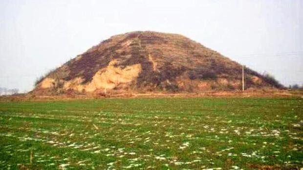 Khai quật lăng mộ trên ngọn đồi trọc cỏ, đội khảo cổ lo sợ: Hãy cử người tới bảo vệ chúng tôi! - Ảnh 1.