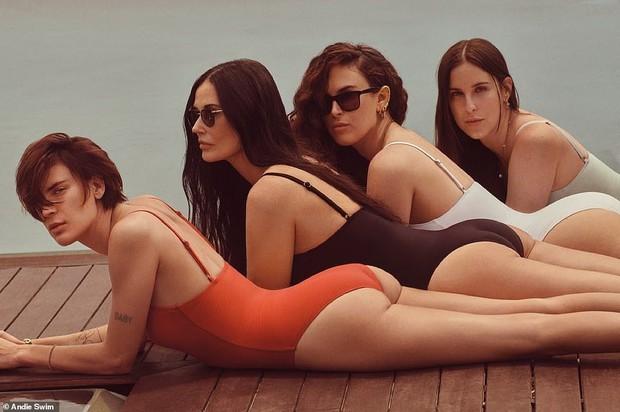 Gia đình gen siêu trội: 4 mẹ con Demi Moore diện bikini khoe dáng, 3 cô con gái bốc lửa sexy, bà mẹ U60 cũng không kém cạnh - Ảnh 4.