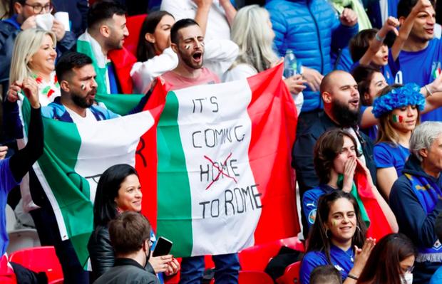 Dư âm Ý - Tây Ban Nha: Những nụ hôn đắm đuối, những bóng hồng xinh đẹp và thông điệp chế nhạo fan tuyển Anh - Ảnh 1.