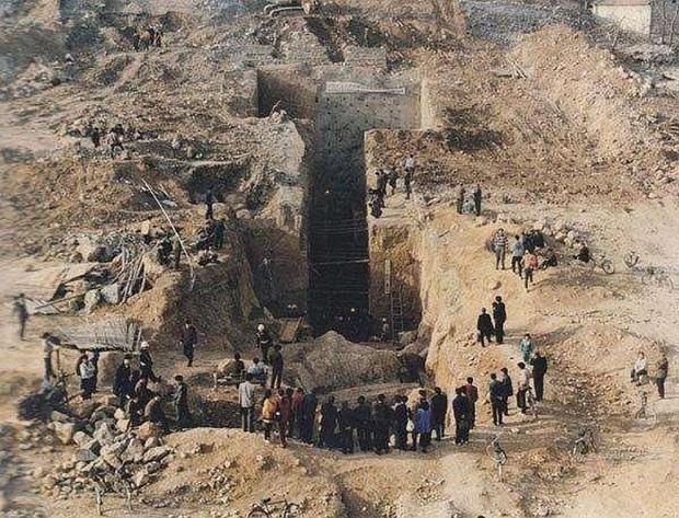 Khai quật lăng mộ trên ngọn đồi trọc cỏ, đội khảo cổ lo sợ: Hãy cử người tới bảo vệ chúng tôi! - Ảnh 2.