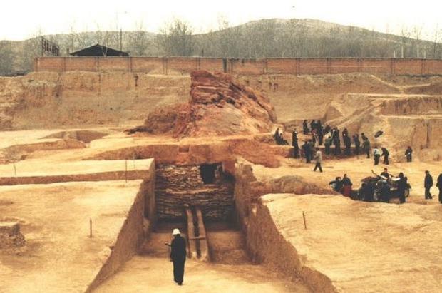 Khai quật lăng mộ trên ngọn đồi trọc cỏ, đội khảo cổ lo sợ: Hãy cử người tới bảo vệ chúng tôi! - Ảnh 3.