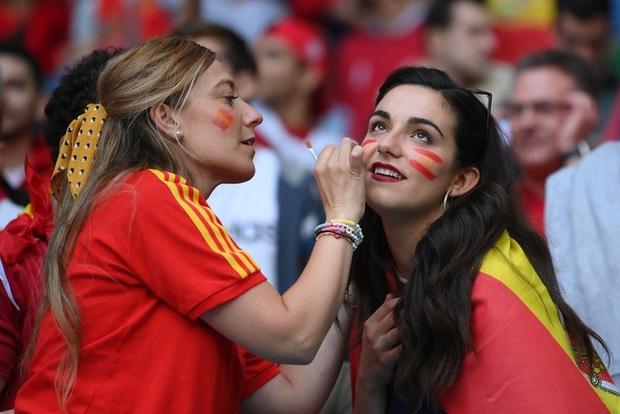 Dư âm Ý - Tây Ban Nha: Những nụ hôn đắm đuối, những bóng hồng xinh đẹp và thông điệp chế nhạo fan tuyển Anh - Ảnh 9.