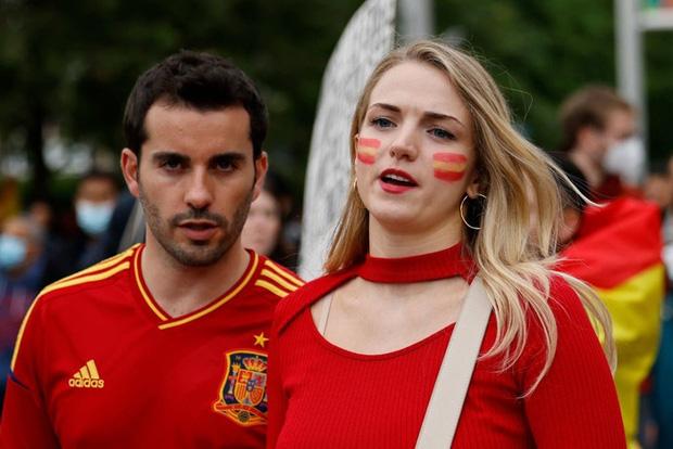 Dư âm Ý - Tây Ban Nha: Những nụ hôn đắm đuối, những bóng hồng xinh đẹp và thông điệp chế nhạo fan tuyển Anh - Ảnh 10.