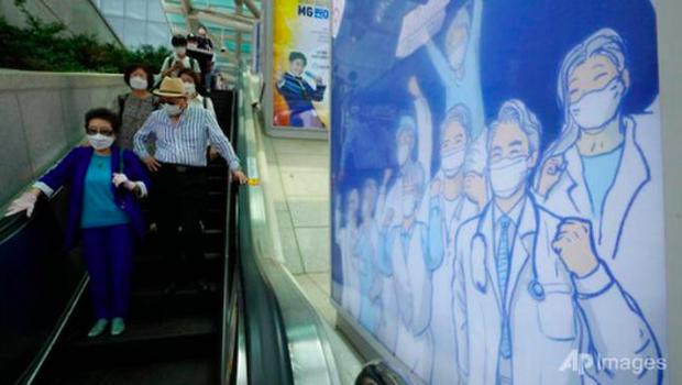 Hàn Quốc, Trung Quốc ghi nhận số ca mắc COVID-19 tăng đột biến - Ảnh 1.