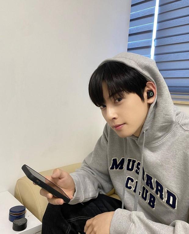 Soi chiếc tai nghe luôn vui tươi của Cha Eun Woo, giá cao ngất ngưởng đúng chất sang xịn mịn - Ảnh 3.
