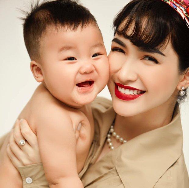 Hoà Minzy lần đầu khoe ảnh cả gia đình, nụ hôn cực ngọt của bố mẹ bỉm bị lu mờ trước độ cute của quý tử hào môn! - Ảnh 4.