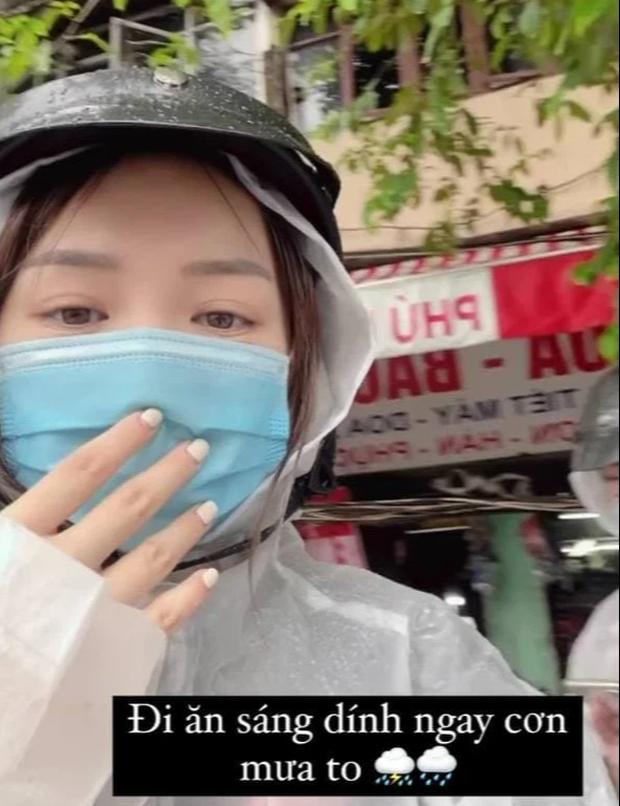 Trời mưa gió, Trinh Phạm tâm lý mách chị em kiểu áo mưa măng tô rẻ đẹp nhưng 10 phút sau shop đã hết hàng - Ảnh 1.