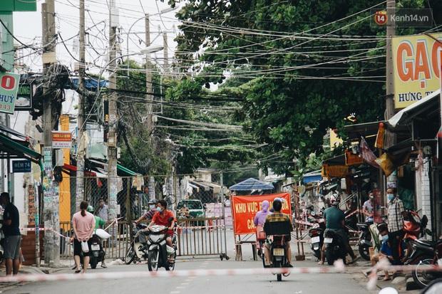 Ảnh: Xe tải nối đuôi nhau chở hàng vào trung tâm Sài Gòn trước giờ cách ly xã hội theo Chỉ thị 16 - Ảnh 1.