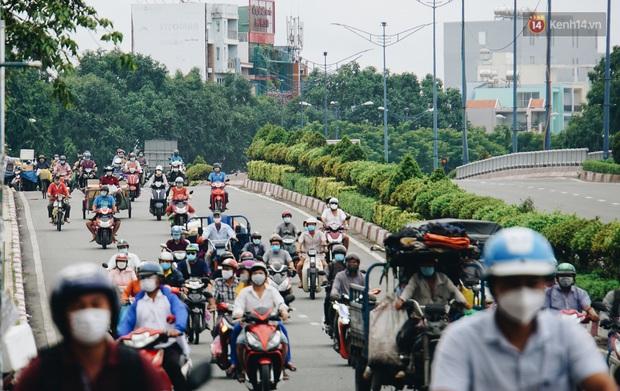 Ảnh: Xe tải nối đuôi nhau chở hàng vào trung tâm Sài Gòn trước giờ cách ly xã hội theo Chỉ thị 16 - Ảnh 7.