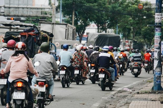 Ảnh: Xe tải nối đuôi nhau chở hàng vào trung tâm Sài Gòn trước giờ cách ly xã hội theo Chỉ thị 16 - Ảnh 11.