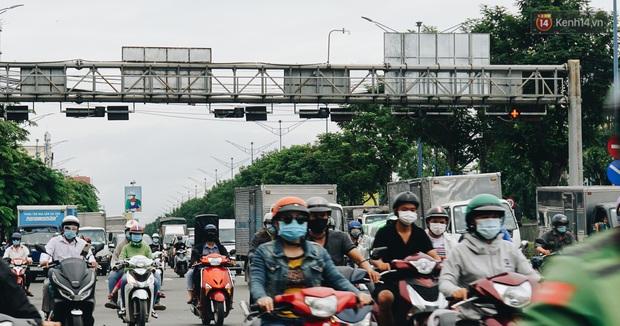 Ảnh: Xe tải nối đuôi nhau chở hàng vào trung tâm Sài Gòn trước giờ cách ly xã hội theo Chỉ thị 16 - Ảnh 8.