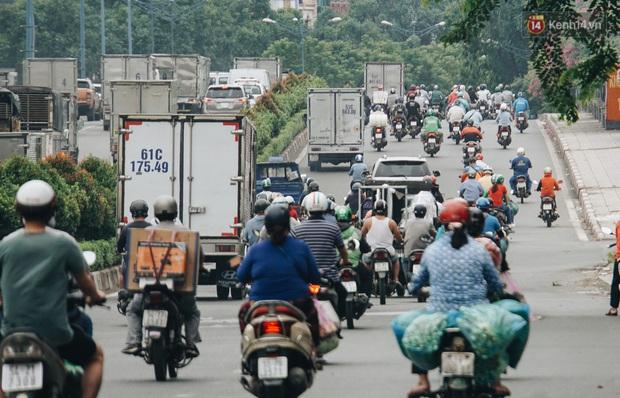 Ảnh: Xe tải nối đuôi nhau chở hàng vào trung tâm Sài Gòn trước giờ cách ly xã hội theo Chỉ thị 16 - Ảnh 9.