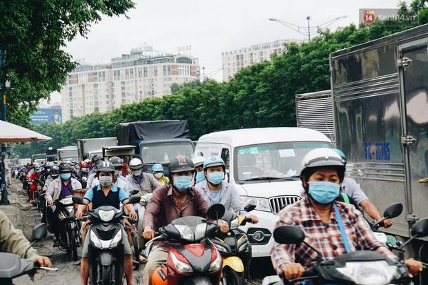 Ảnh: Xe tải nối đuôi nhau chở hàng vào trung tâm Sài Gòn trước giờ cách ly xã hội theo Chỉ thị 16 - Ảnh 10.