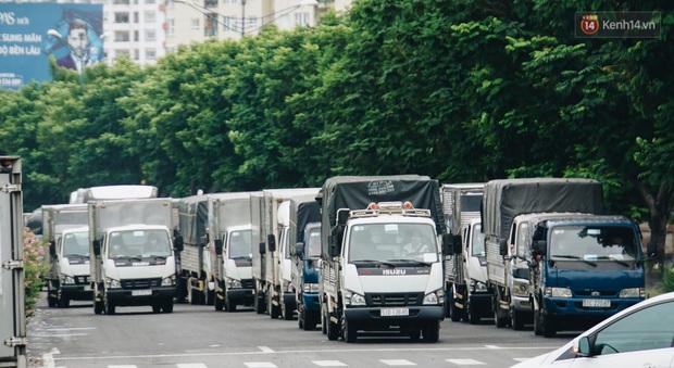 Ảnh: Xe tải nối đuôi nhau chở hàng vào trung tâm Sài Gòn trước giờ cách ly xã hội theo Chỉ thị 16 - Ảnh 3.