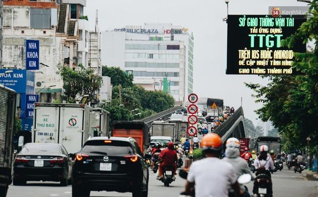Ảnh: Xe tải nối đuôi nhau chở hàng vào trung tâm Sài Gòn trước giờ cách ly xã hội theo Chỉ thị 16 - Ảnh 6.