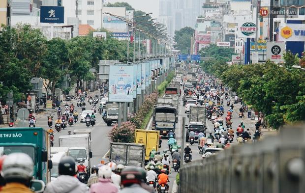 Ảnh: Xe tải nối đuôi nhau chở hàng vào trung tâm Sài Gòn trước giờ cách ly xã hội theo Chỉ thị 16 - Ảnh 2.