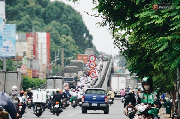 Ảnh: Xe tải nối đuôi nhau chở hàng vào trung tâm Sài Gòn trước giờ cách ly xã hội theo Chỉ thị 16 - Ảnh 4.