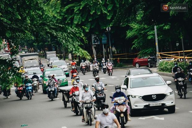 Ảnh: Xe tải nối đuôi nhau chở hàng vào trung tâm Sài Gòn trước giờ cách ly xã hội theo Chỉ thị 16 - Ảnh 5.