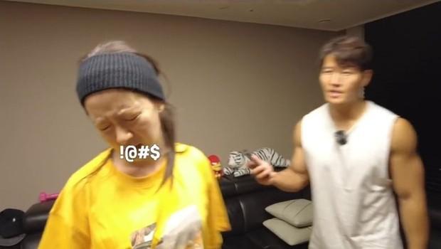 Vlog tại nhà Kim Jong Kook gây náo loạn MXH: Cãi yêu với Song Ji Hyo như vợ chồng, bóc phốt nhau trước hàng nghìn khán giả - Ảnh 7.