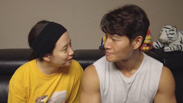 Vlog tại nhà Kim Jong Kook gây náo loạn MXH: Cãi yêu với Song Ji Hyo như vợ chồng, bóc phốt nhau trước hàng nghìn khán giả - Ảnh 3.