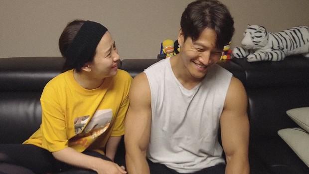 Vlog tại nhà Kim Jong Kook gây náo loạn MXH: Cãi yêu với Song Ji Hyo như vợ chồng, bóc phốt nhau trước hàng nghìn khán giả - Ảnh 4.