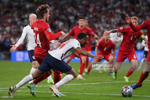 Video: Harry Kane đá bồi thành công sau khi sút hỏng penalty, mang về tấm vé chung kết Euro cho ĐT Anh - Ảnh 2.