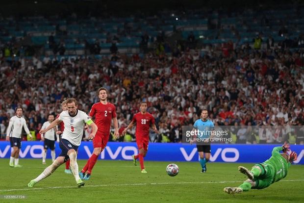 Video: Harry Kane đá bồi thành công sau khi sút hỏng penalty, mang về tấm vé chung kết Euro cho ĐT Anh - Ảnh 3.