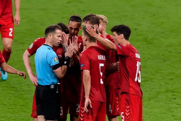 Những pha phối hợp thảm hoạ của trọng tài chính và tổ VAR ở trận bán kết Anh - Đan Mạch - Ảnh 2.