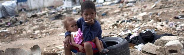 Cận cảnh cái nghèo ở Haiti nơi Tổng thống vừa bị ám sát: May mắn mới kiếm được 70.000 đồng/tuần, cái đói đáng sợ hơn virus Corona - Ảnh 2.
