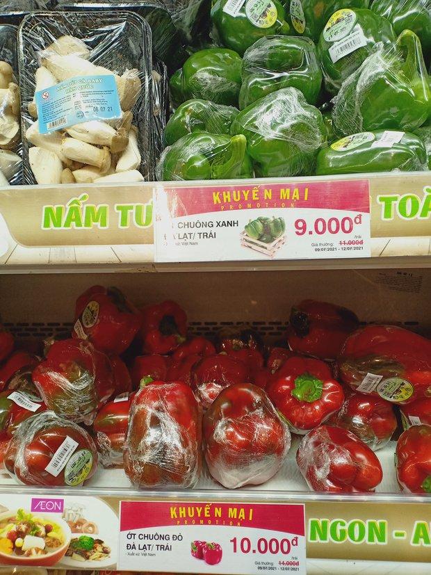 Trái ngược với cảnh trống trơn, các kệ siêu thị lại đầy ăm ắp rau củ, cá tôm trong ngày đầu TP.HCM giãn cách xã hội - Ảnh 10.