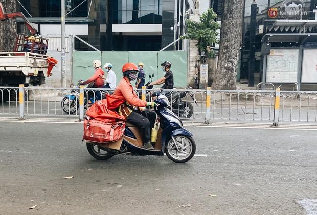 Ngày đầu cách ly ở Sài Gòn, ra đường chỉ thấy shipper: Vẫn miệt mài giao hàng đến những khu phong tỏa cho người dân - Ảnh 5.