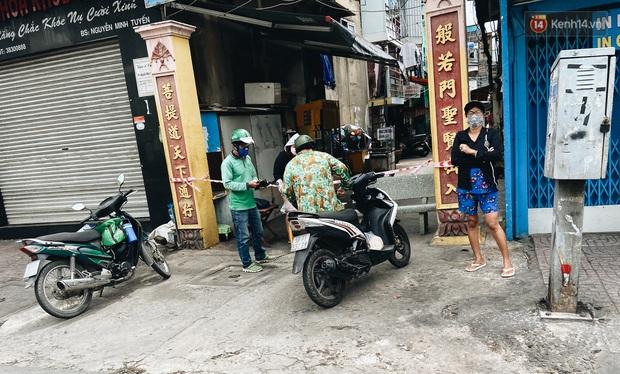 Ngày đầu cách ly ở Sài Gòn, ra đường chỉ thấy shipper: Vẫn miệt mài giao hàng đến những khu phong tỏa cho người dân - Ảnh 2.